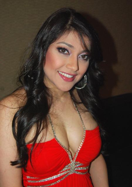 Sarah-azhari-hot2